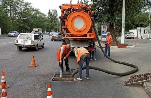 Одесское КП «Городские дороги» ремонтирует дождеприемники на улицах города