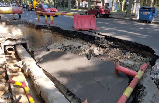 В Одессе произошел провал грунта на проезжей части улицы Филатова