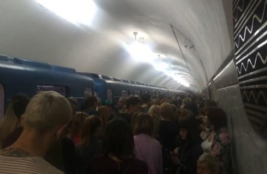 На десяти станциях киевской подземки прекратили продажу и пополнение карточек метро