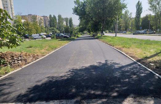 На проспекте Академика Глушко в Одессе ремонтируют тротуары