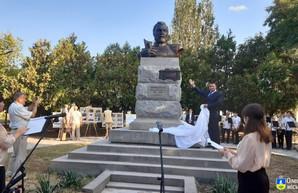 В Олешках Херсонской области установили памятник изобретателю электрического трамвая