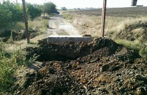 Из-за перекрытия автотрассы М-27 Одесса-Черноморск, началось противостояние между водителями фур и дачниками кооператива «Лебедь»