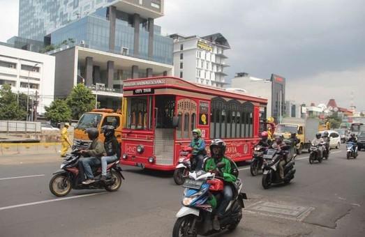 По улицам Джакарты курсирует необычный туристический автобус