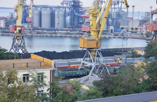В Одесском порту снова перегружают руду открытым способом