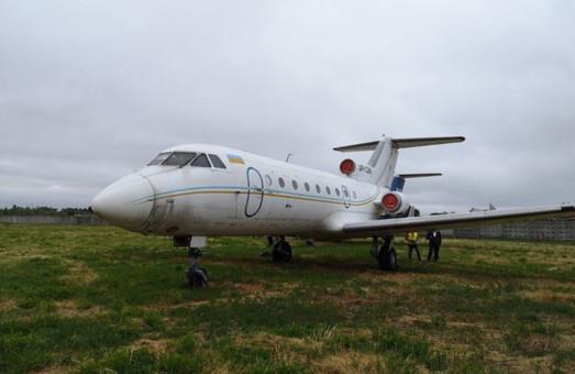 Самолет Як-40, который находится в аэропорту им. Сикорского, продают через систему «СЕТАМ»