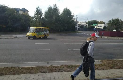 Во Львове водители трамваев жалуются на пешеходов, которые ходят по выделенным трамвайным путям
