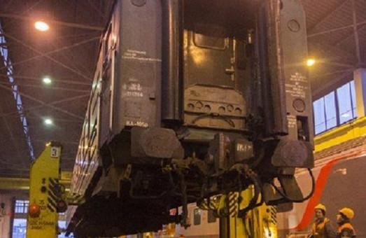 Вагон поезда Львов – Вроцлав во время перестановки тележек чуть не сорвался с домкрата