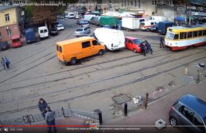 Курьезы Одессы: как припарковавшуюся на трамвайных рельсах легковушку двигали (ВИДЕО)