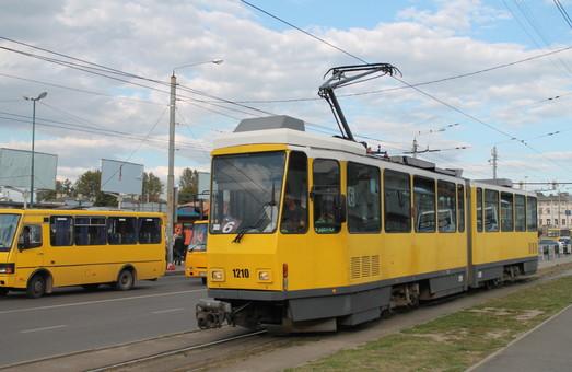 Вот уже больше года во Львове не могут решить вопрос с платформами на трамвайных остановках