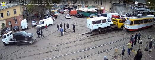 """В Одессе у рынка """"Привоз"""" эвакуируют неправильно припаркованные автомобили (ВИДЕО)"""