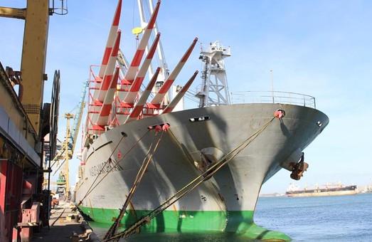 В порту Черноморск под Одессой разгрузили судно с лопастями для ветрогенераторов