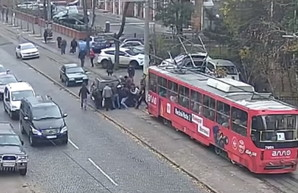 Как в Одессе пассажиры трамвая отодвинули машину наглого автохама (ВИДЕО)
