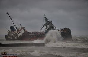 Кораблекрушение в Одессе на пляже: на берег выбросило танкер (ФОТО, ВИДЕО)