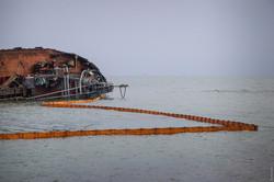 Потерпевший кораблекрушение танкер «Delfi» уберут с побережья Одессы не скоро – пока вокруг него устанавливают боны, улавливающие нефтепродукты
