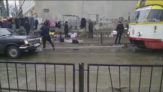 В Одессе трамвай буксировал легковушку (ВИДЕО)