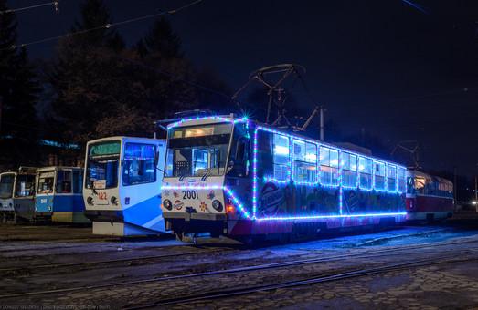 В Каменском по городу курсирует новогодний трамвай