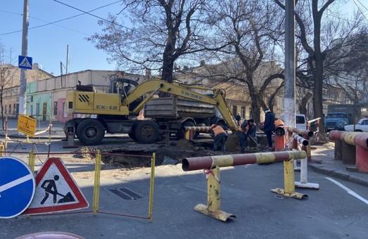 Из-за ремонта теплосети на улице Гимназической, в центре Одессы образовались автомобильные заторы