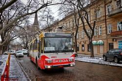 Несмотря на ураган и снегопад, одесские трамваи и троллейбусы работают в нормальном режиме (ФОТО)