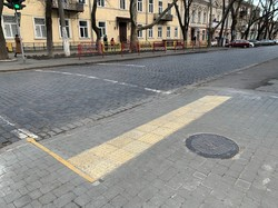 В Одессе ремонтируют тротуары на улице Нежинской