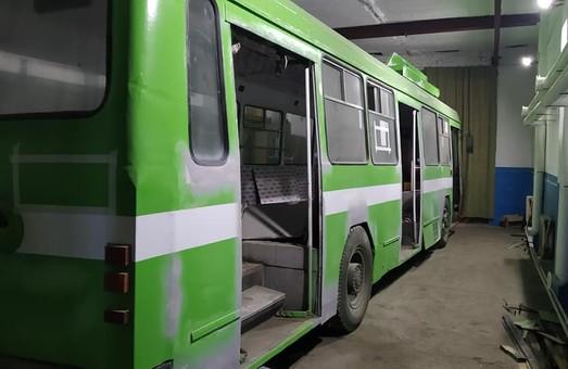 В троллейбусном депо Николаева восстанавливают троллейбус ЛАЗ-52522