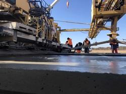 В аэропорту Одессы снова начал работу магистральный бетоноукладчик «Gomaco GP4»