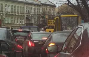 От шквального ветра пострадал и электротранспорт Львова