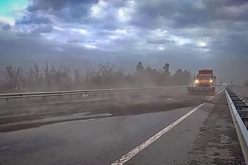 Курьез: ураган засыпал трассу Одесса - Киев землей (ФОТО)
