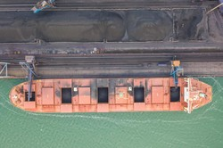 В порту Пивденный под Одессой загружают 300-метровый балкер