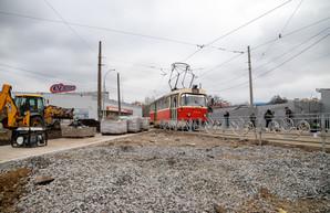 В Киеве благоустраивают территорию около трамвайной конечной «Семена Скляренка» и станции городской электрички «Вышгородская»