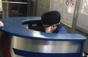 Работников метрополитена Харькова обязали носить медицинские маски