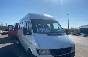 На границе около КПП «Кучурган» стоят рейсовые автобусы и другой транспорт