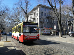 Одесский общественный транспорт ходит, но значительная часть автобусов не вышли на маршруты