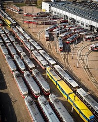 В Киеве показали заполненное вагонами трамвайное депо во время карантина (ФОТО)