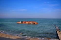 Затонувший  танкер на одесском пляже останется надолго (ФОТО)