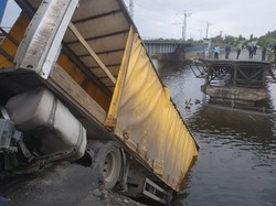 В Днепропетровской области обрушился мост вместе с проезжавшим по нему грузовиком (ФОТО)