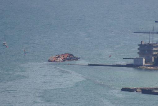 Затонувший на одесском пляже танкер готовят к подъему