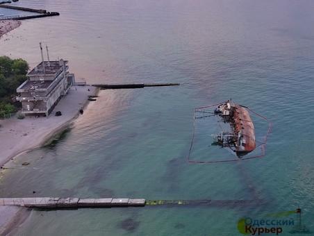 Подъем затонувшего танкера в Одессе может затянуться: АМПУ объявила тендер сроком до конца 2020 года