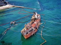 """В Одессе перевернули затонувший танкер """"Делфи"""" (ФОТО, ВИДЕО)"""