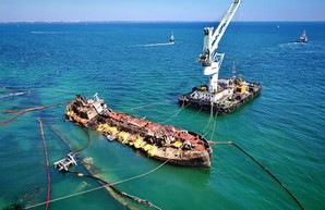"""Состояние танкера """"Делфи"""" в Одессе: в пробоины можно заплыть на лодке (ВИДЕО)"""