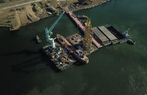 """Судьба танкера """"Делфи"""": судно вытаскивают на берег в порту Черноморска"""