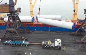 В порту Южный разгружают огромные ветрогенераторы (ФОТО, ВИДЕО)