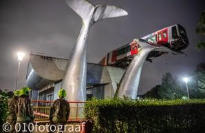 Авария в метро Роттердама: поезд вылетел на скульптуру