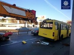 В Одессе автокран врезался в маршрутку: пострадали два пассажира