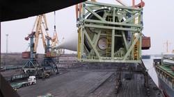 Огромные 72-метровые лопасти ветрогенераторов разгружают в порту Южный