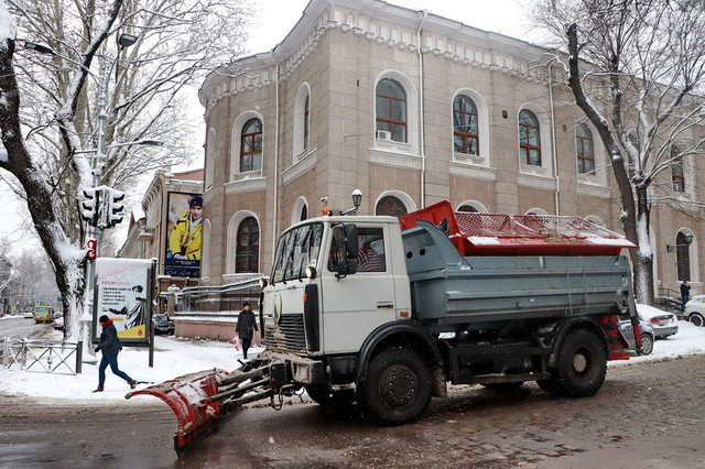 В Одессу из-за снегопада закрывают въезд грузовиков