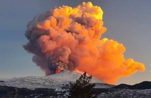 Аэропорт города Каттания в Италии временно закрылся из-за извержения вулкана