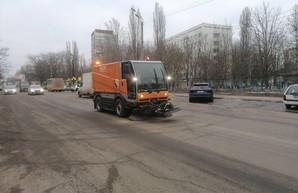 В Одессе начали расчищать улицы от песка