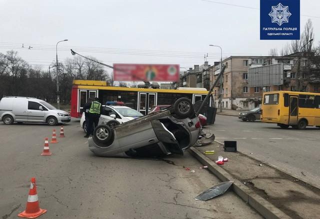В Одессе микролитражка врезалась в троллейбус (ФОТО)
