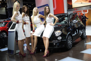Особенности работы девушек на автовыставках