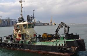 В Одессе расчистили дно на пляже от остатков затонувшего танкера